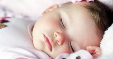 Bebe doarme. Somnul îl face mare?