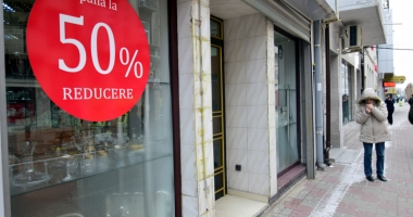 Reduceri de până la 70% în magazine. Promoţiile, valabile toată luna