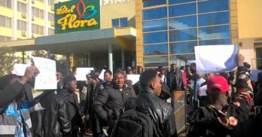 """Foto : Studen�ii nigerieni de la UMC, protest �mpotriva hotelului Flora unde sunt caza�i: """"Nu suntem sclavi!"""""""