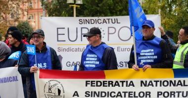 GALERIE FOTO / Proteste la Prefectură. Dumitru Costin, liderul BNS, a condus acţiunea de la Constanţa