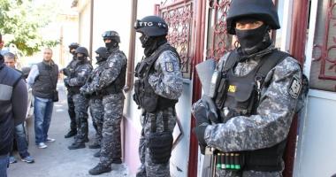 Proxeneţi şi traficanţi de minori,  reţinuţi la Constanţa.  Arme şi droguri găsite la 12 percheziţii