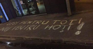 Bărbat amendat pentru mesaje antiguvernamentale, scrise cu cretă pe asfalt