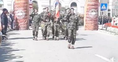 Arc de Triumf? Nu, nu, Armata Română defilează printre… kurtos kallacs