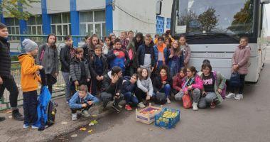 """RAEDPP a trimis în excursie 42 de elevi de la Școala """"Marin Sorescu"""" pentru a învăța despre alimentația bio"""