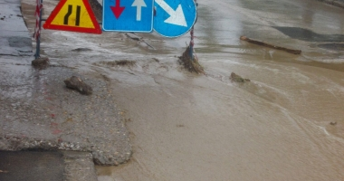 Cartiere întregi fără apă potabilă / Inundaţiile fac ravagii!