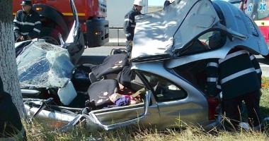 Răniţi grav după ce au intrat cu maşina în copac. Şoferul nu avea permis