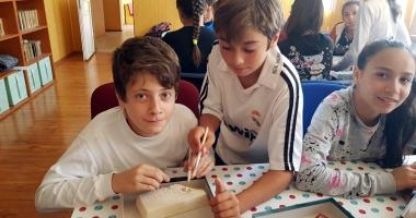 Reînvie bibliotecile şcolare rurale. Elevi care au prins gustul lecturilor şi al lecţiilor interactive