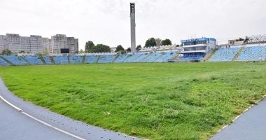 Foto : Facem săli şi bazine sau plătim salarii de mii de euro? Iar la stadion, buldozerul e soluţia!