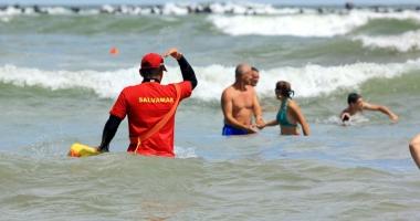 Salvatori pe stomacul gol. Salvamarii p�r�sesc plajele dup� ce prim�riile