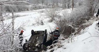 Un bărbat a murit după ce ar fi făcut infarct la volan şi s-a răsturnat cu maşina în şanţ