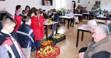 Elevii din Medgidia au ajutat bătrânii şi familiile nevoiaşe