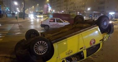 S-a răsturnat cu taxiul, în urma unui accident spectaculos