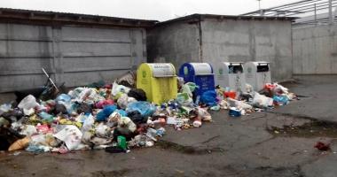 Scandal la Mangalia! Locatarii cu datorii la Polaris, îngropaţi în deşeuri
