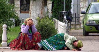 Scandal în Italia: Românce ţinute într-o cuşcă exact ca animalele
