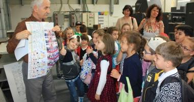 Sute de elevi constănţeni, în vizită la Tipografia
