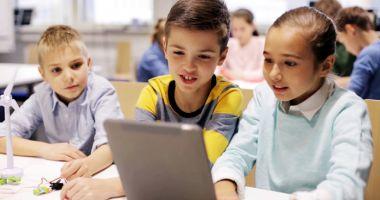 """""""Şcoala din valiză"""" îmbunătăţeşte condiţiile de studiu ale elevilor constănţeni"""