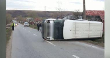 Microbuz răsturnat, după un accident. Patru persoane sunt rănite