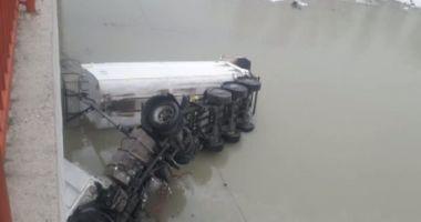 Un camion a căzut de pe un pod, de la aproximativ 10 metri