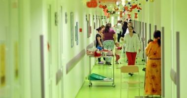 SPITALUL JUDEŢEAN CONSTANŢA, ÎN HAINE DE CRĂCIUN! Secţia de Pediatrie, împodobită pentru sărbători