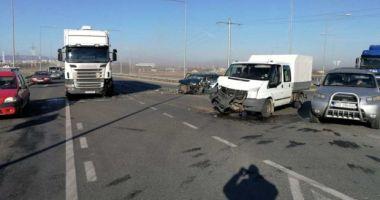 Accident la ieşirea de pe autostradă. Cinci persoane sunt rănite