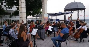 Simfonii la malul mării