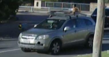 VIDEO. Situație incredibilă în trafic! O mamă s-a plimbat cu copilul pe plafonul mașinii