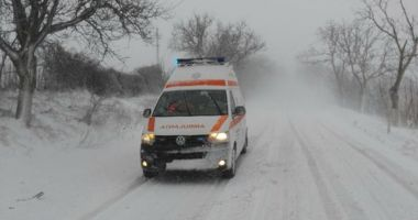 Situaţii disperate în nămeţi! O ambulanţă cu doi copii, blocată de la 3 dimineaţa în şanţ