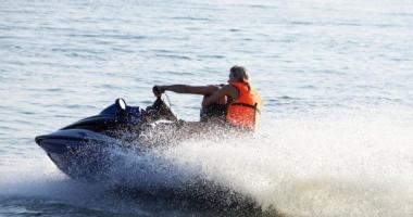 În pericol de înec după ce s-a aventurat cu skijet-ul în mare. Intervine ELICOPTERUL SMURD
