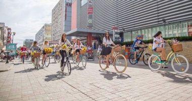 Eveniment  plin de culoare: bicicliste în rochie