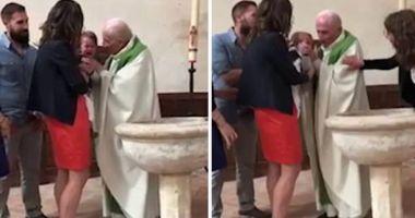 Foto : VIDEO ŞOCANT / BEBELUŞ PĂLMUIT DE PREOT, în timpul botezului, pentru că NU SE OPREA DIN PLÂNS