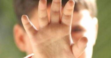 CAZ ŞOCANT! Minoră cu probleme psihice, DEZBRĂCATĂ ŞI LEGATĂ un stâlp chiar de părinţi