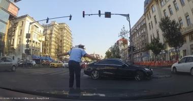 Video incredibil. POLIŢIST SFIDAT ÎN ULTIMUL HAL de ŞOFERUL UNUI BOLID. AGENTUL ŞI-A FĂCUT CRUCE!