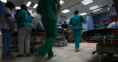 Scene de groază! Un bărbat a intrat cu cuţitul în spital