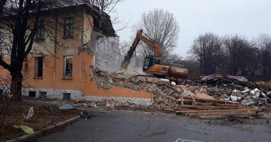 """Foto : În """"jungla"""" de la Spitalul Municipal s-a intrat cu excavatorul. Ce soartă va avea terenul"""