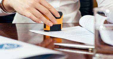 Parlamentul a votat legea privind eliminarea ștampilei din administrația publică