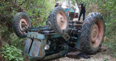 TRAGEDIE IMENSĂ! Un bărbat a murit strivit de un tractor