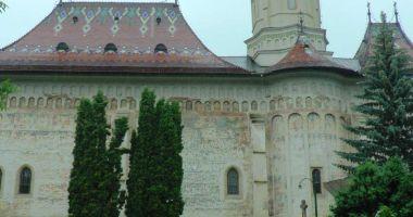Broşuri anti-vaccin distribuite în Catedrala Arhiepiscopală de la Suceava.