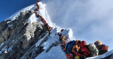 Doi alpiniști au murit într-o aglomerație de nedescris pe Everest