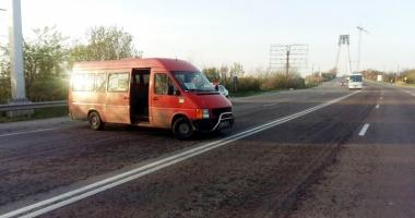 Şoferul unui microbuz a blocat circulaţia pe podul Agigea