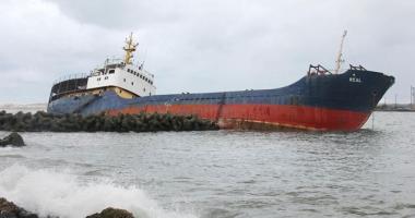 Taifunul Lan a împins un cargou rusesc pe dig