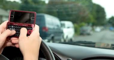 Vorbiţi la telefon când sunteţi la volan? Ce spune Poliţia