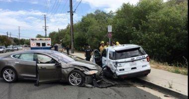 Un autoturism Tesla pe autopilot a lovit maşina de poliţie