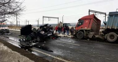 Tineri morţi pe şosea, după o depăşire în viteză a unei maşini de Armată. Militarii au fost răniţi grav