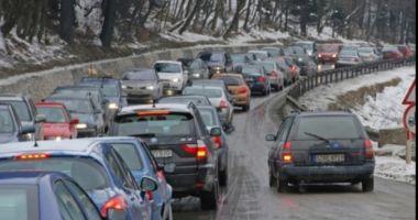 Trafic aglomerat pe Valea Prahovei / Se circulă cu 30-40 de kilometri la oră