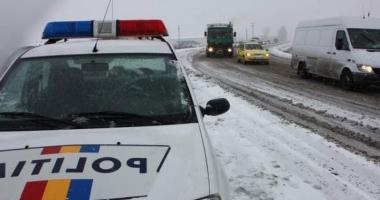 Autocisternă plină cu motorină, răsturnată într-un şanţ de pe marginea drumului