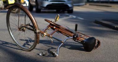 TRAGIC! Un biciclist a murit după ce a fost lovit de portiera unei maşini şi călcat apoi de un alt autovehicul