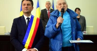 Profesorul Traian Petcu a primit placheta ce atestă că este cetăţean de onoare al Constanţei