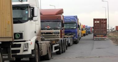 Transportatorii sunt furioşi. Ameninţă că vor alimenta în afara ţării!