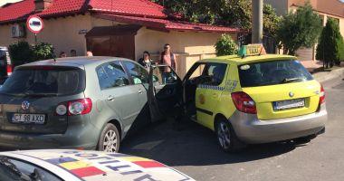 Galerie foto. Accident rutier la Constanţa! Două maşini implicate, dintre care un taxi