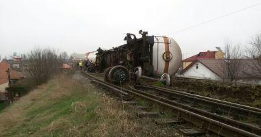 GALERIE FOTO / ALERTĂ LA CONSTANŢA! Un tren cu vagoane tip cisternă A DERAIAT PE UN POD FEROVIAR